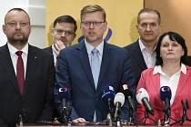 Předseda KDU-ČSL Pavel Bělobrádek (uprostřed). Na snímku jsou poslanci zleva Jan Bartošek, Ondřej Benešík, Vít Kaňkovský a Pavla Golasowská.