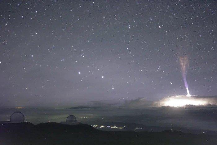 Strašidelně vypadající blue jet neboli modrý výtrysk, vyfotografovaný na Havaji