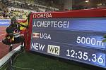 Ugandský atlet Joshua Cheptegei se raduje na mítinku Diamantové ligy v Monaku ze světového rekordu v běhu na 5000 metrů