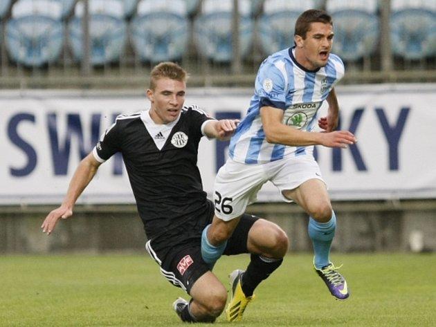Miljan Vukadinovič z Mladé Boleslavi (vpravo) faulovaný v zápase s Českými Budějovicemi.
