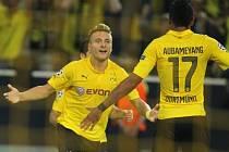 Fotbalisté Dortmundu Ciro Immobile (vlevo) a Pierre-Emerick Aubameyang se radují z gólu proti Arsenalu.