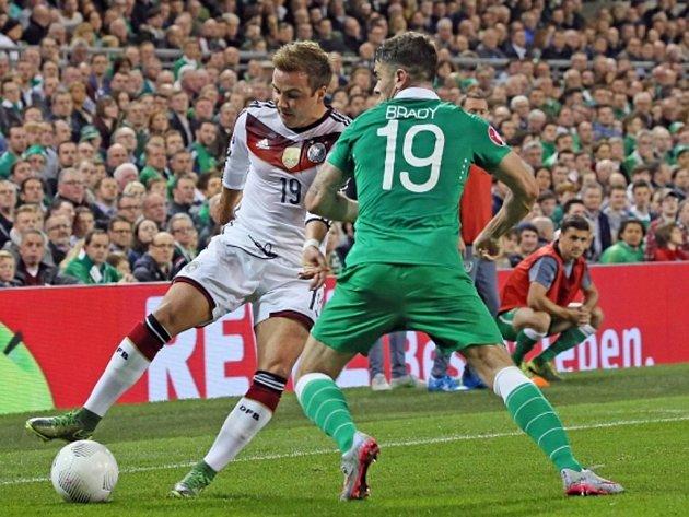 Mario Götze z Německa (vlevo) a Robbie Brady z Irska.