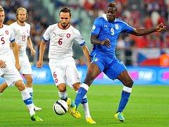 Tomáš Sivok (č.6) se snaží uhlídat italského snajpra Maria Balotelliho (vpravo).