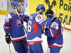Hokejisté Slovenska (zleva) Ivan Baranka, Michal Handzuš a Jan Laco slaví výhru nad Francií na mistrovství světa.