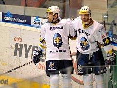 Hvězdy Kladna Tomáš Plekanec (vlevo) a Jaromír Jágr se radují z gólu proti Pardubicím.