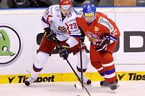 Tomáš Rolinek (vpravo) a Michail Glukov z Ruska na Českých hokejových hrách v Pardubicích.