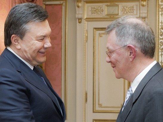 Robert Serry (vpravo) na snímku s Viktorem Janukovyčem z ledna 2014.