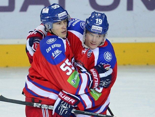 Martin Ševc z Lva Praha (vlevo) po gólu přijímá gratulaci od spoluhráče Patricka Zackrissona.