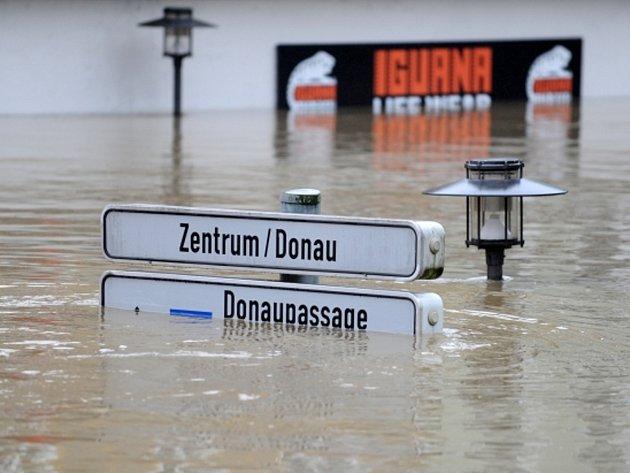 Zvlášť silně povodňová vlna udeřila na bavorské historické město Pasov, kde hladina Dunaje u soutoku s Innem dosáhla nejvyšší úrovně za více než 500 let.