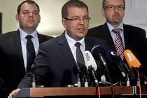 Petr Tluchoř (uprostřed), Jan Florián (vlevo) a Ivan Fuksa (vpravo) na tiskové konferenci 6. listopadu v Praze, kde rebelující členové ODS oznámili, že umožní vládě Petra Nečase prosadit daňový balíček a pokračovat.