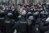 Ruská policie stojí v cestě demonstrantům během protestu proti uvěznění vůdce opozice Alexeje Navalného v Moskvě, 23. ledna 2021