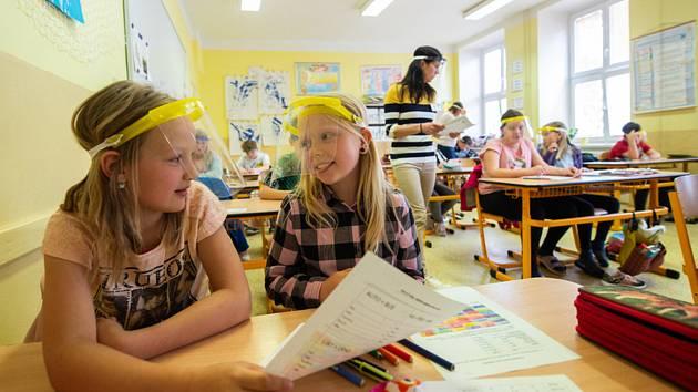 Děti a učitelé ze škol v okolí Dačic a Slavonic na Jindřichohradecku použili 25. května 2020 při obnovení výuky ochranné štíty proti koronaviru z recyklovaného plastu