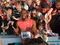 Usain Bolt po vítězném závodě v Ostravě.