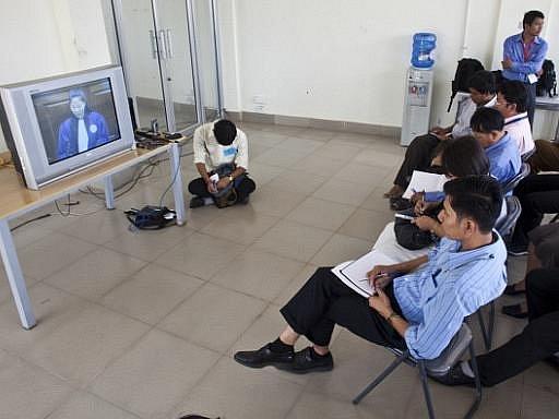 Kambodžané sledují průběh soudu. Ilustrační foto