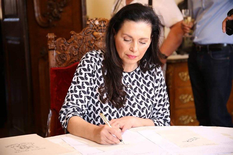 Jana Bobošíková při podpisu