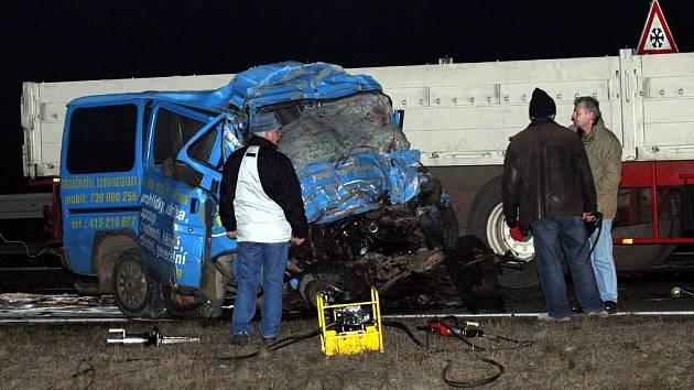 Při střetu kamionu s mikrobusem a osobním automobilem zemřelo 8 lidí