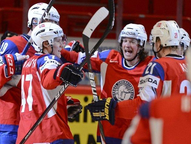Hokejisté Norska se radují z gólu proti Dánsku na mistrovství světa.