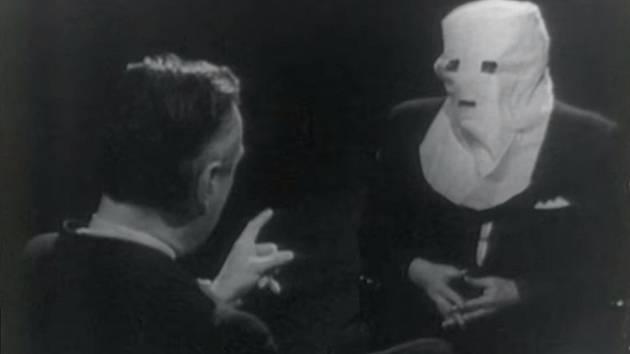 Agent Igor Gouzenko vystoupil v roce 1968 se zakrytou hlavou v interview s reportérem televize CBC