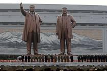 Vlevo Kim Čong-il, vpravo jeho otec Kim Ir-sen