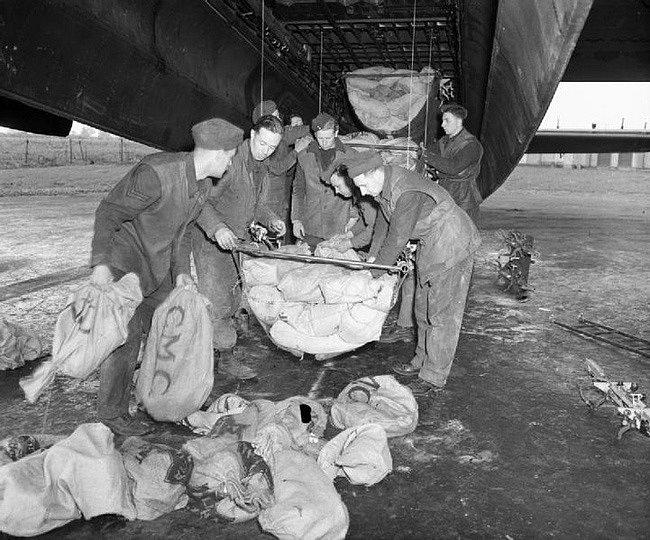 Vojáci nakládají potraviny do bombardéru RAF Lancaster
