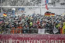Úvodní závod Turné čtyř můstků v Oberstdorfu musel být kvůli silnému větru a sněžení zrušen.