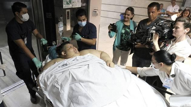 Juan Pedro Franco míří na operační sál. První z plánovaných operací žaludku byla úspěšná