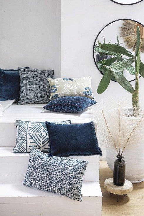 V interiéru modrá barva vynikne v kombinaci s teplými odstíny dřeva a vhodně nasvícená. Objevuje se na čalounění, bytovém textilu i doplňcích