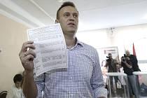 Hlavní odpůrce Kremlu Alexej Navalnyj ukazuje svůj hlasovací lístek ve volební místnosti v Moskvě