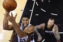Tim Duncan ze San Antonia (vlevo) se prosazuje proti Miami.