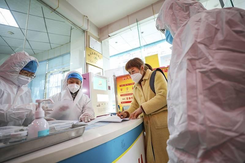 Zdravotníci v nemocnici v čínském Wu-chanu hovoří se ženou podezřelou na nákazu koronavirem