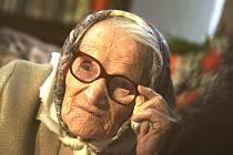 """Marie Kráslová, nejstarší obyvatelka České republiky, zakončila ve sto devíti letech svou životní pouť. """"Zemřela v úterý v 16.30 na oddělení následné péče po krátké hospitalizaci,"""" potvrdil mluvčí českobudějovické nemocnice Jan Dušek."""