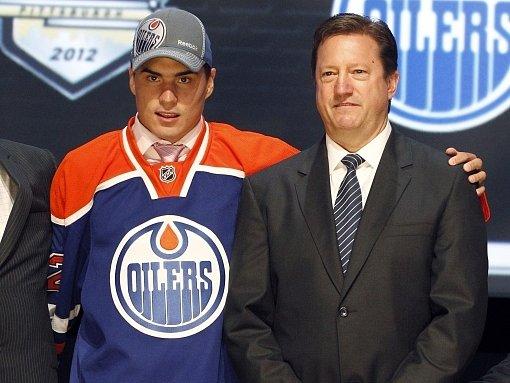 Ruský hokejista Nail Jakupov s manažerem Oilers Stevem Tambellinem.