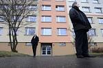 Příslušníci ochranky střeží okolí bydliště Miloše Zemana, který se 8. března krátce po osmé hodině vydal ze svého bytu v Praze-Stodůlkách na Pražský hrad, kde složí prezidentskou přísahu a ujme se úřadu hlavy státu.