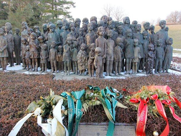 Památník Lidice nesouhlasí s pojetím nového památníku v areálu. Ten měl být poctou dvěma letcům Britského královského letectva (RAF) pocházejícím z Lidic, Josefovi Horákovi a Josefovi Stříbrnému.