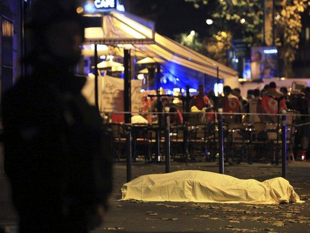 Při pátečních atentátech zemřelo také osm útočníků, z nichž sedm se odpálilo náložemi, jež měli při sobě. Jejich totožnost zatím není známá.