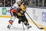 Hokejista Bostonu David Pastrňák (vpravo) a Scott Mayfield z New York Islanders.
