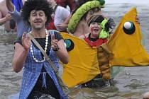Silvestrovská show otužilců přilákala letos ke břehům řeky Bečvy tisíce Přerovanů. Voda měla 0 stupňů Celsia, vzduch – 5 stupňů.