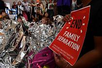 Demonstrace proti rozdělování rodin nelegálních migrantů.