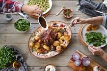 Jehněčí a kůzlečí maso by na velikonoční tabuli nemělo chybět, stejně tak jako nádivka a červené víno