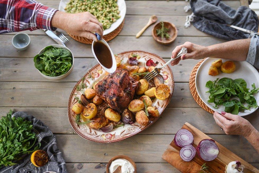 Jehněčí a kůzlečí maso by na velikonoční tabuli nemělo chybět, stejně tak jako nádivka a červené víno.