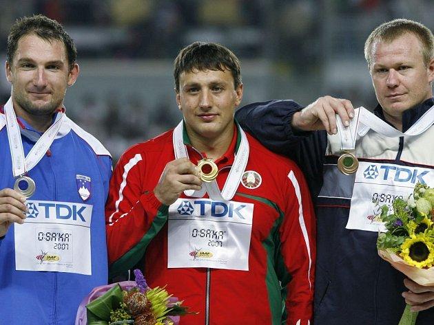 Zlatý Ivan Tichon (uprostřed), stříbrný Primož Kozmus (vlevo) a bronzový Libor Charfreitag.