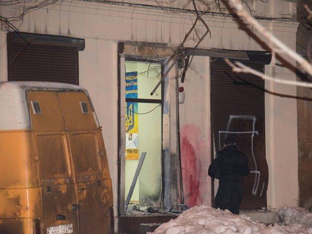 V neděli večer neznámí útočníci vyhodili do povětří vchod do budovy, kde sídlí koordinační středisko pomoci ukrajinským vojákům, kteří se účastní protipovstalecké operace.
