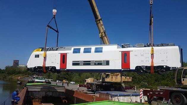 Vůz nové jednotky pro belgické dráhy při nakládce na loď.