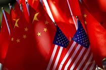 Vlajky USA a Číny - ilustrační foto.