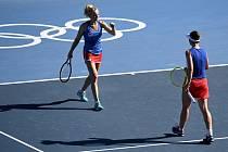 Kateřina Siniaková (vlevo) a Barbora Krejčíková ve finále olympijské čtyřhry.