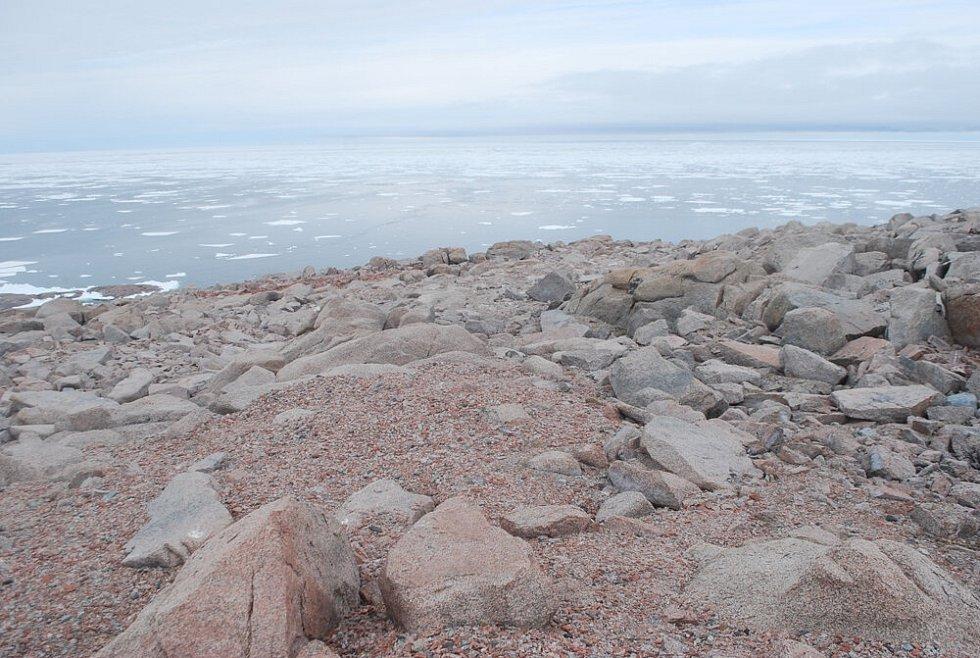 Opuštěná kolonie tučňáků na mysu irizar v Rossově moři v Antarktidě