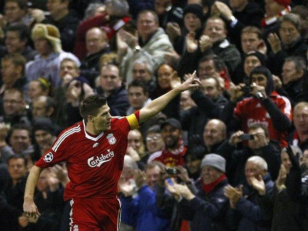 Kapitán Liverpoolu Steven Gerrard slaví svůj gól, který dal v utkání s Olympique Marseille.