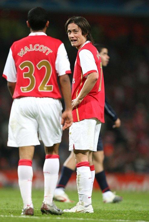 Liga mistrů: Arsenal versus Slavia (na snímku porada Tomáše Rosického a Thea Walcotta)