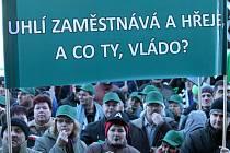 Demonstrace hornických odborů za prolomení těžebních limitů v severních Čechách před budovou Ministerstva průmyslu a obchodu.