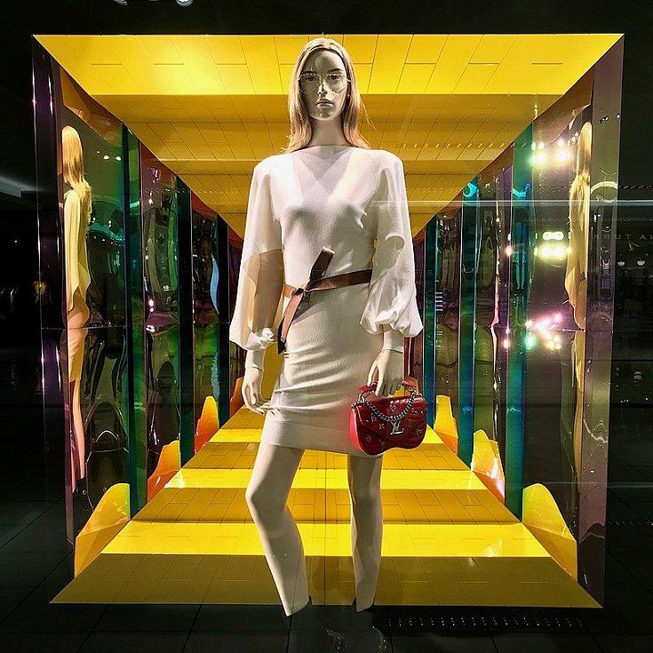 Výloha obchodu Louis Vuitton v americkém Houstonu. První kolekci oblečení značka představila v 90. letech minulého století.
